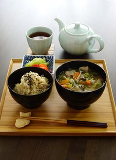 Japanese Lunch: Brown Rice, Vegetables and Pork Miso Soup (Tonjiru), Pickles, Hojicha Brown Tea (Taiyaki Chopstick Rest)|豚汁の昼食