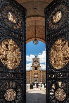 Mirando a través de la puerta del este en Blenheim Palace. Las puertas de hierro se hicieron en la época victoriana por una compañía llamada Bramah. Ellos fueron exhibidos en la Exposición Universal de 1851. Woodstock, Oxfordshire, Inglaterra, Reino Unido