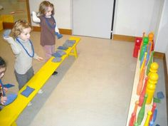 Butta giù i birilli. Gross Motor Activities, Gross Motor Skills, Sensory Activities, Physical Activities, Learning Activities, Preschool Activities, Physical Development, Physical Education, Pe Lessons