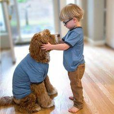Dos en camiseta azul;  cómodos para jugar dentro.