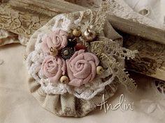 Brož podzimně - zimní Romantická brožka na kabát, klobouk, šálu, šátek, čepici, kabelku.... stačí přišít nebo připnout spínacím špendlíkem. Průměr 8 cm
