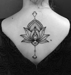 Tatuagem de flor de lótus feita por Mateus Mattar no estilo pontilhismo. #tattoo #tatuagem #pontilhismo #dotwork #flordelotus