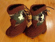 Crochet Camo Boots - pink instead of brown Crochet Mittens, Crochet Shoes, Crochet Baby Booties, Crochet For Boys, Love Crochet, Knit Crochet, Crochet Crafts, Crochet Projects, Crochet Ideas