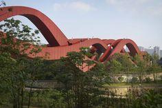 NEXT architects известны проектами креативныхмостов, которые они возводят по всему миру. Их последняя постройка — Lucky Knot, новый стальной пешеходный мост в китайском мегаполисе Чанша, составляющий 185 метров в длину и 24 метра в высоту. Сооружение уже стало легендой и было названо CNN одним из «самых захватывающих мостов, которые разрушают привычные стереотипы». Мост соединяет несколько …