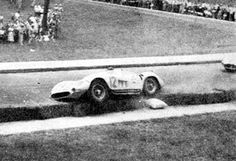 Maserati 300S Chassi 3062  08/12/1957 - GP Cidade do Rio de Janeiro - Quinta da Boa Vista - RJ - Brasil. Acidente com a Maserati 300S/3062 de Gilberto Machado. (Acervo Pessoal de Napoleão Ribeiro) Felipe - Álbuns da web do Picasa
