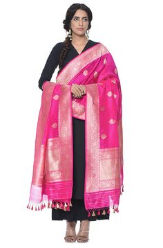 There are many kinds of Silk Dupatta one can have which are in different fabric styles from yarn to weaving styles. The most common kinds are the Banarasi Silk dupattas, Ikat… Bd Fashion, Ethnic Fashion, Indian Fashion, Womens Fashion, Benarasi Dupatta, Silk Dupatta, Modern Outfits, Stylish Dresses, Katan Saree