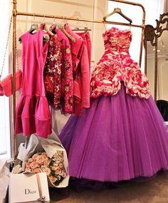 Dior - siempre recuerdo una película con Ángela Lasbury, donde ella ahorra toda su vida para comprarse un vestido de Dior! Cuándo tiene el dinero suficiente no la quieren atender, el mismo Dior se da cuenta y manda a regalarle un vestido. Este no es el vestido que la enamora, pero son vestidos como este los que enamoran!