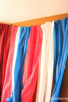 plastic table cloth photo booth backdrop-- such a great idea to do with any colors :)Maybe yellow and white? Diy Photo Booth, Photo Booth Backdrop, Photo Props, Photo Booths, Props Photobooth, Backdrop Ideas, Plastic Tablecloth, Plastic Tables, Patriotic Pictures