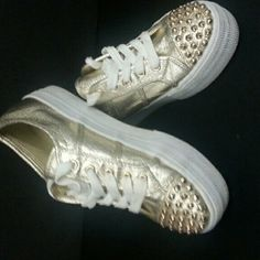 Steve Madden Braady sneakers gold sneakers with with stud work on toe pre-owned. Steve Madden Shoes Sneakers