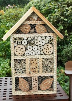 Bohemian Pages: DIY Friday.Mason Bee House Here's another source. Note the chicken wire addition if you have woodpeckers in your area. Bug Hotel, Mason Bees, Bee House, Garden Bugs, Garden Insects, Deco Nature, Bee Friendly, Save The Bees, Bees Knees