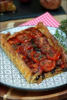 Tarte fine aux tomates et échalotes Happy papilles Healthy Breakfast Recipes, Healthy Cooking, Snack Recipes, Cooking Recipes, Mexican Soup Recipes, Rhubarb Desserts, Picky Eaters Kids, Food Menu, Food Videos