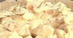 Посыпать сахаром и корицей, сверху разложить небольшие кусочки масла и выпекать в разогретой духовке 25−30 минут.