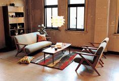アームと脚が一体になったカタチがレトロモダンなソファセットは、まるでカフェのような北欧スタイルのお部屋にぴったり。すっきりとしたデザインを活かすコンパクトな2.5シーターは、マンション等でも置きやすいサイズ感です。