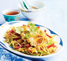 Chicken and cashew chow mein - Healthy Food Guide Healthy Chinese Recipes, Healthy Recipes, Delicious Recipes, Healthy Foods, Healthy Anzac Biscuits, Prawn Pasta, Chicken Chow Mein, Sticky Chicken, Tasty