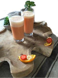Aardbeien smoothie met amandelmelk, sinaasappel en banaan. Voor dit smoothierecept en meer lekkere smoothies, kijk eens op mijn foodblog Organic Happiness.