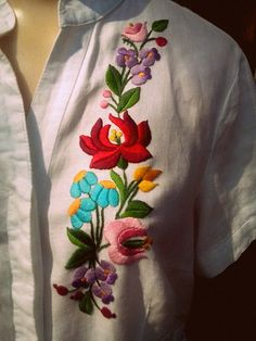 Embroidery On Kurtis, Kurti Embroidery Design, Hand Embroidery Dress, Embroidery Neck Designs, Embroidery Flowers Pattern, Embroidery Works, Embroidered Clothes, Embroidery Fashion, Bordado Popular