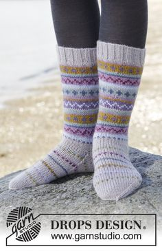 Knitted DROPS socks with multi-colored pattern in borders in Karisma. Free pattern by DROPS Design. Knitting Videos, Loom Knitting, Knitting Socks, Knitting Patterns Free, Free Knitting, Free Pattern, Crochet Patterns, Drops Design, Magazine Drops