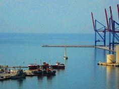Velero en bocana de puerto. Málaga