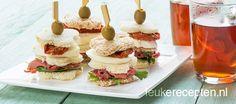 sandwich torentje met rosbief Ingredienten 1 bol mozzarella 8 gedroogde tomaat op olie 8 plakjes rosbief 8 olijven Ongeveer 8 tot 12 sneetjes bruin en/of wit brood Handje sla