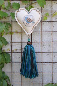 Resultado de imagen para colgantes para cortinas de corazones How To Make Tassels, Heart Crafts, Country Crafts, Diy Flowers, Craft Gifts, Handicraft, Decorative Accessories, Jewelry Crafts, Art For Kids