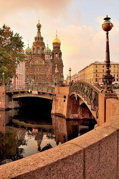 Canal Griboedova con la catedral del Cristo de la Sangre Derramada al fondo.