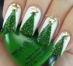 50 Beautiful Stylish and Trendy Nail Art Designs for Christmas Christmas Tree Nails, Xmas Nails, Christmas Nail Art Designs, Winter Nail Designs, Holiday Nails, Green Christmas, Creative Nail Designs, Creative Nails, Nail Art Noel