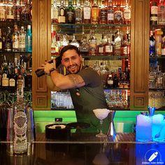 """Dándole un buen """"shake"""" a su cóctel el gran bartender Víctor Barrios .    #CopasConEstilo #Bartender #Cocktail #Coctelería #Cóctel #Cócteles #Madrid #CóctelesEnMadrid Madrid, Times Square, Travel, Style, Viajes, Destinations, Traveling, Trips"""