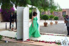 puertas_de_paso_boda_vintage_las_tres_sillas_2 Shoulder Dress, One Shoulder, Backless, Formal Dresses, Fashion, Indoor Ceremony, Unique Furniture, Backless Formal Dress, Wedding Decoration