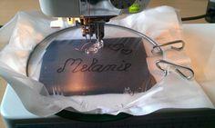 Hier kommt mal eine Alternative zur Stickmaschine für Euch ;) Man nehme einen Stickring, abreißbares Stickvlies, Stickfolie und einen Stoffrest. Stickring auseinander nehmen... grünen Ring nach unt...