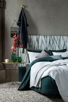 As the temperature drops, turn your bedroom into a snug yet stylish haven with beautiful bed linen, cushions and blankets. | H&M Home