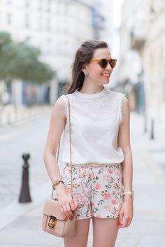 J'aime cette tenue pour été parce que le short est coloré. Aussi, le chemisier est très joli. J'aime le col haut. Les lunettes du soleil ils sont l'air chers. Le Sac à main est très petit. Cette tenue est tendance et parfait pour le journée torride en été.