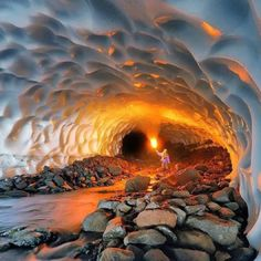 Caverna de gelo dentro de um vulcão na Rússia