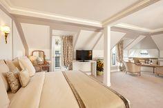 Découvrez nos suites spacieuses à l'Hôtel Regina. #leshotelsbaverez #hotelreginaparis #peaceful #room