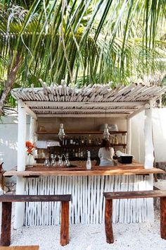 Perfect little bar on the beach. Love this style!