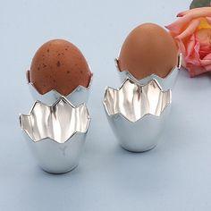 4 Verzilverde eierdoppen, nieuw in geschenkverpakking. De eierdoppen zijn 4 cm hoog en de diameter van de bovenzijde is 5 cm.