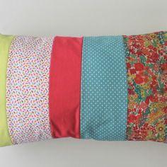 Housse de coussin 30 x 50 cm patchwork de tissus assortis fleurs, petits pois  et unis