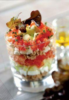 Pour 6 pers. Ingrédients 1 grand concombre 3 tomates 150 g de feta 1 boîte de thon 1 bouquet de persil ciselé 2 cuill. à s. de jus de citron Huile d'olive Sel, poivre