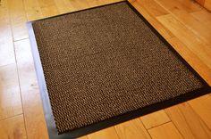 Felpudo con parte de abajo de goma antideslizante y filo de PVC (tamaño mediano, 60 x 80 cm), color marrón y negro. Perfecto para la puerta o la cocina: Amazon.es: Hogar. 11,99€.