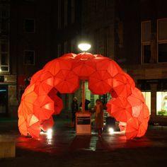 The Bucky Bar: Un refugio para la diversión.  El proyecto hace referencia a las cúpulas geodésicas famoso del último arquitecto Buckminster Fuller. La barra de cúpula hecha sombrillas, parecía aparecer de repente de la nada alrededor de un poste de luz en el centro de Rotterdam.