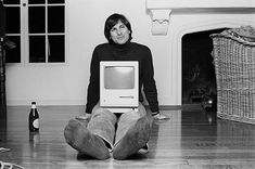 Steve jobs with the Macintosh 128K | Re-Pin if you like