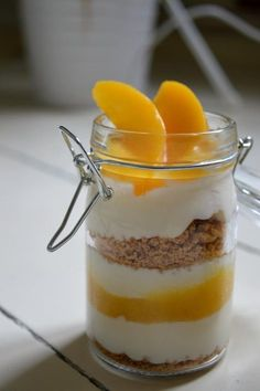 Pfirsich-Amarettini-Dessert im Glas. Peach-Amarettini-Dessert in a jar. So…