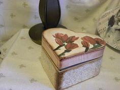 Corazón con magnolias...están pintadas con acrílicos,.Por la parte de abajo, sello de letras.