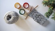 Ssk-kavennuksen nimi tulee englannin kielen sanoista slip, slip, knit. Samasta kavennuksesta käytetään muitakin nimiä, kuten kahden noston kavennus ja sen suomenkielinen lyhenne knk. Ssk-kavennuksen tarkoituksena on kääntää silmukat puikolla ja neuleessa toisin päin kuin ne olisivat tavallisessa kaksi yhteen -kavennuksessa. Pony, Knitting, Tips, Pony Horse, Tricot, Stricken, Knitwear, Crocheting, Weaving