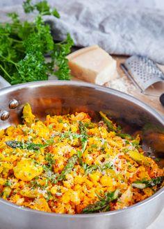 Lättlagad risotto på blomkål istället för ris! Risotto passar lika bra som en fräsch förrätt som till middag, servera gärna med ett riktigt gott bröd. #risotto #blomkål #sparris #räkor #lättlagat #middag #saffran #parmesan #glutenfri 300 Calorie Lunches, Danish Food, 300 Calories, What To Cook, Fish And Seafood, Vegetarian Recipes, Good Food, Food And Drink, Meals