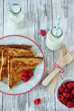 Perfect Valentine breakfast for the kids - french toast & raspberries! What's For Breakfast, Breakfast Recipes, Perfect Breakfast, My Favorite Food, Favorite Recipes, French Toast Waffles, Valentines Breakfast, Latte, Eat Dessert First