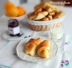 Best crescent rolls ever, buttery and soft. Sweets Recipes, Bread Recipes, My Favorite Food, Favorite Recipes, Romanian Food, Perfect Breakfast, Crescent Rolls, Croissants, Pretzel Bites