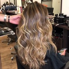 Pin by self care/love/improvement on job pelo balayage, mechas cabello, cab Bronde Balayage, Bayalage, Ombre Hair Color, Hair Color Balayage, Hair Highlights, Brunette Hair, Blonde Hair, Wavy Hair, Gorgeous Hair