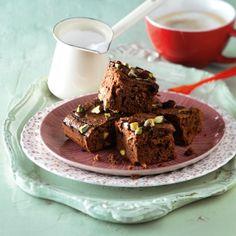 Decoreer de brownies met chocolade en bestrooi ze met cranberry's en de overgebleven noten. #brownies #chocolade #JumboSupermarkten
