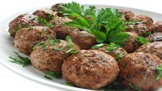 Frikadellen im Backofen: Blechweise produzierte Fleischpflanzerl Meatballs in the oven: Meat plant produced by the tin Healthy Eating Tips, Healthy Recipes, Meat Recipes, Hamburger Dishes, Hamburger Sauce, Party Finger Foods, Vegetable Drinks, Meatball Recipes, Pasta Dishes