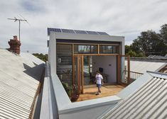 Ben Callery Architects completed the rehabilitation of a terrace house in Melbourne, Australia. The old heritage building on the site was dark, narrow Pergola With Roof, Pergola Plans, Diy Pergola, Roof Deck, Pergola Ideas, Roof Top, Sustainable Architecture, Interior Architecture, Interior Design